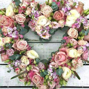 Romantische uitvaart bloemen - Estia uitvaarten